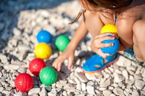 petite fille jouant aux boules de pétanque pour enfants